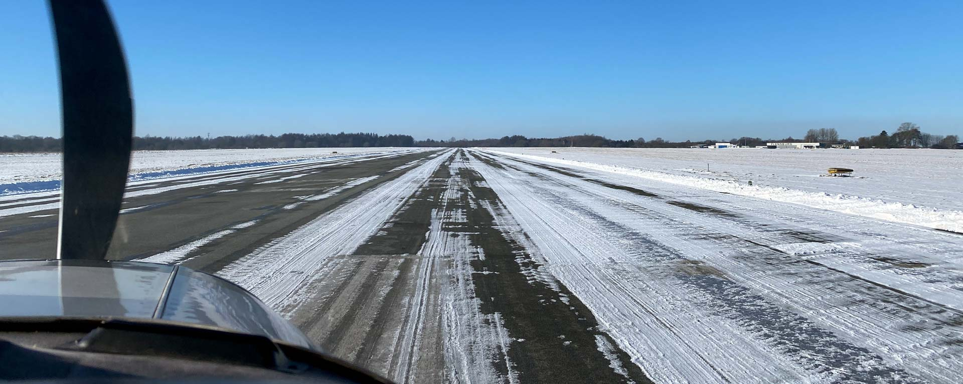 Flugzeug auf verschneiter Landebahn